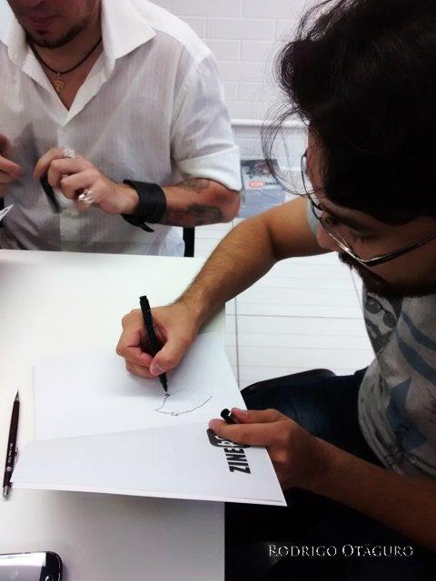Rodrigo Otäguro autografando a HQ Zinebox